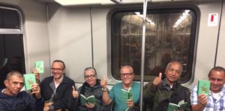 El Metro de Medellin recibio con libros a los usuarios en el Dia del Idioma